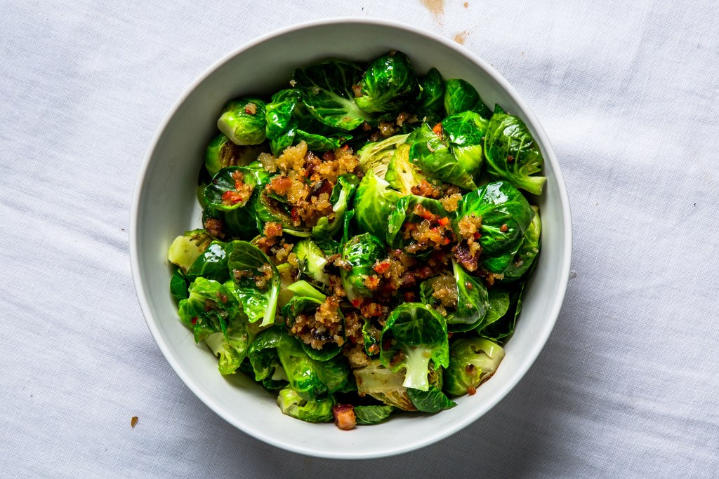 sitruunainen Brussels Sprouts with Bacon and Breadcrumbs