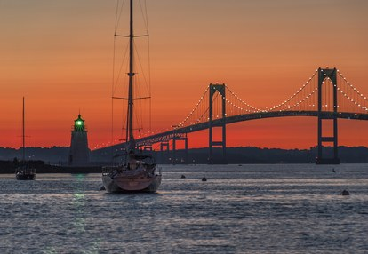 עז Island lighthouse and the Jamestown or Pell Bridge