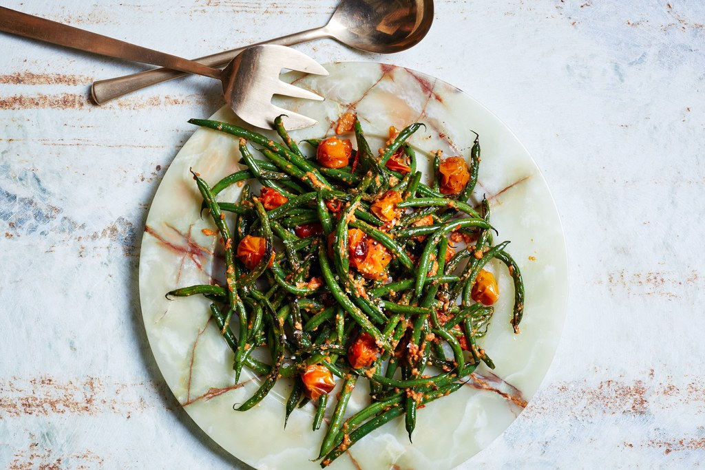 שלפוחית Green Beans with Tomato-Almond Pesto