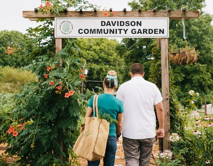קייטי and Joe Kindred visit the Davidson Community Garden