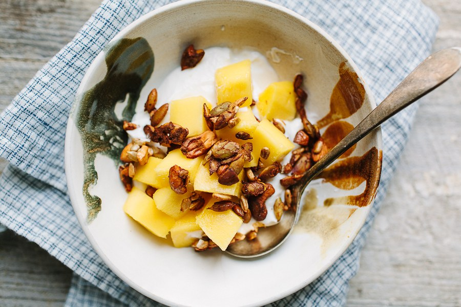 græsk Yogurt with Spiced Pepita and Cashew Crunch and Mango