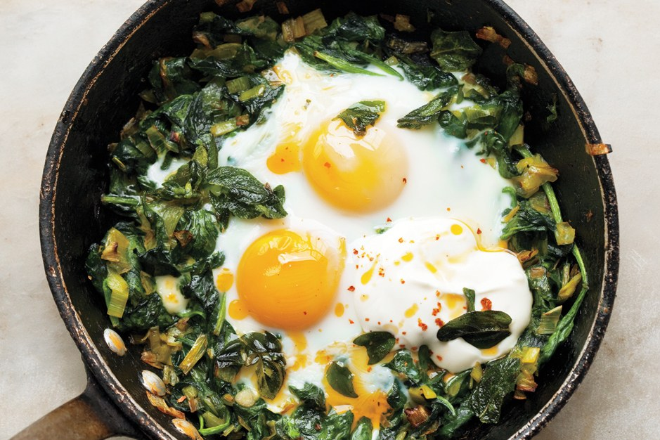 Stegepande-Baked Eggs with Spinach, Yogurt, and Chili Oil
