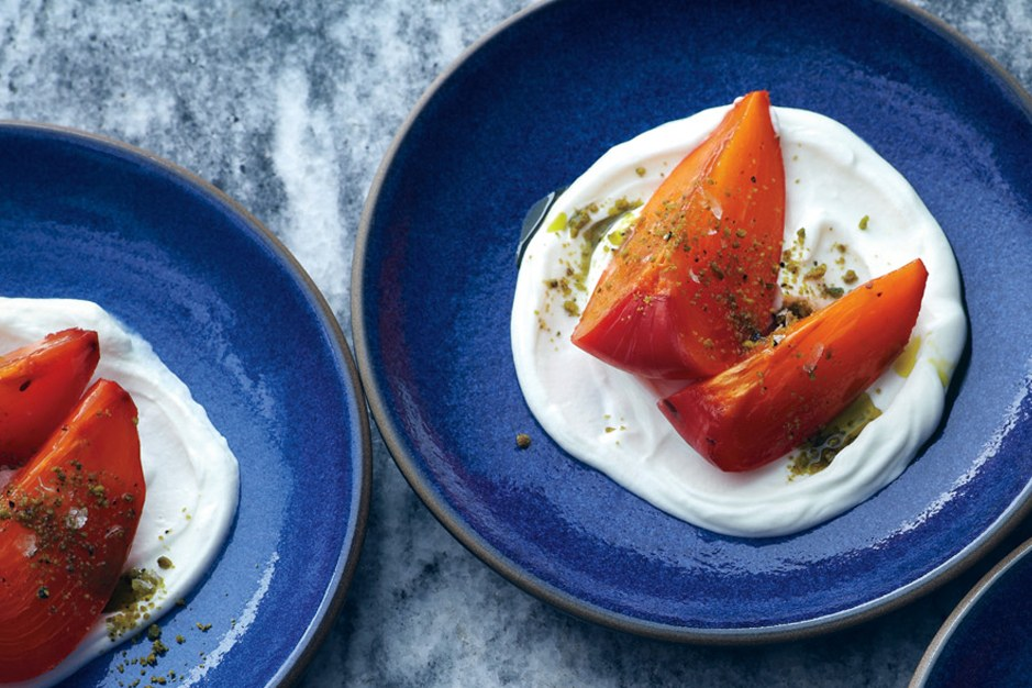 kakifrugter with Greek Yogurt and Pistachios